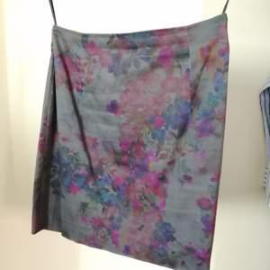 Matchad kjol till kavajen från Mango storlek 36. A-line Mini kjol med high waist och dragkedja på baksidan.