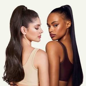 ponytails i färgen blackbrown från märket INH (insert name here) i modellen miya och brit. miya (höger) är använd 2 gånger och brit (vänster) är helt oanvänd, endast testad. kommer med förvaringspåse i siden. 400kr styck / 700kr för båda 🤗