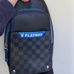 Playboy väska. Passa till både tjej och kille. ( kvinna och man ). Kan posta få köparen står för frakt 😀😀