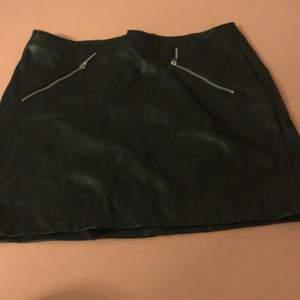 Svart läder kjol från h&m i storleken 36