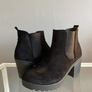 Ett par fake mocka boots från asos i storlek 38. Har några repor på sidan av skorna. Passar även bra för vintern! Pris kan diskuteras och frakt tillkommer.