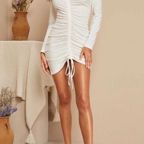 Vit klänning med snörning fram. Går att justera hur tight och kort man vill ha den med snörena. Oanvänd, kommer i oöppnad förpackning. Strl S.. Klänningar.