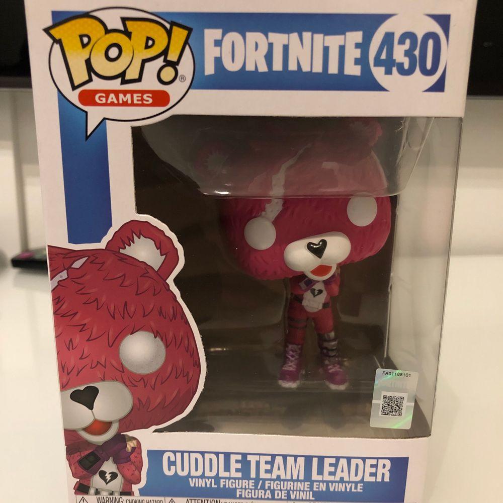 """Oöppnad Pop Games Fortnite """"Cuddle Team Leander"""". I butik kostar det 300kr. Jag säljer det för 250 med att jag betalar frakten. Pris kan diskuteras . Accessoarer."""