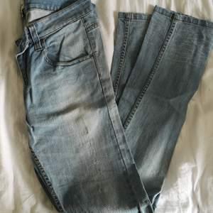 HERR! Ljusa jeans, relativt oanvända. Storlek 30/34, ungefär en L då min sambo oftast har det i jeans. 50 kr. Köparen står för frakten! 🌸
