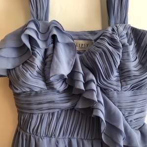 En helt ny klänning från Lipsy som är slutsåld. Sitter så fint men säljer för att jag beställde två färger och valde den gröna.