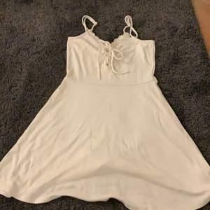 En vit klänning från hm. Storlek xs