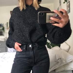 En stor mysig glittrig hoodie från weekday! Supermysig och varm! Väldigt stor men kan stoppas in i jeansen som på första bilden. Använd en gång! Kan mötas upp i Malmö annars står köparen för frakt❤️