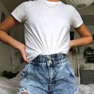 Ett par skitsnygga korta, tvättade jeansshorts med fransar. Väldigt bekväma i midjan då det är resårband. Från urbanoutfitters så väldigt bra kvalité! Knappt använda! Kan mötas upp i Malmö annars står köparen för frakt❤️