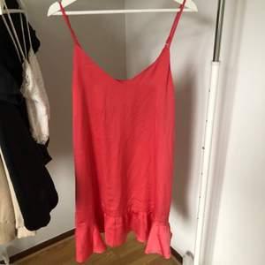 Superfin klänning säljs då den inte kommer till användning längre finns att hämtas hos mig i Falun eller så står du för frakten.