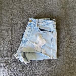 Jeansshorts med slitning från Denim co