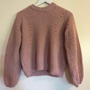 Stickad tröja från Gina Tricot. Färgen är lite gammaldags rosa. Använd fåtal gånger då det inte riktigt är min stil. Den är väldigt skön och sticks inte. Sitter lite puffigare. Frakt står köparen för.