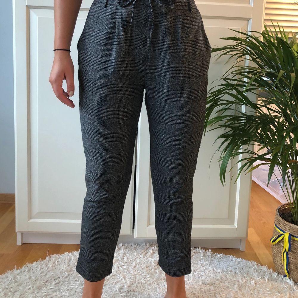 Supernajs byxor i fint rutigt grått mönster!! Får att knyta i midjan för att reglera storlek. Köparen står för frakt!. Jeans & Byxor.