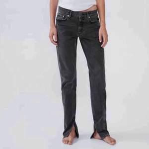 Säljer de slutsålda o populära jeansen från zara med slits! Köparen står för frakten. Högsta bud är 480kr, Buda på