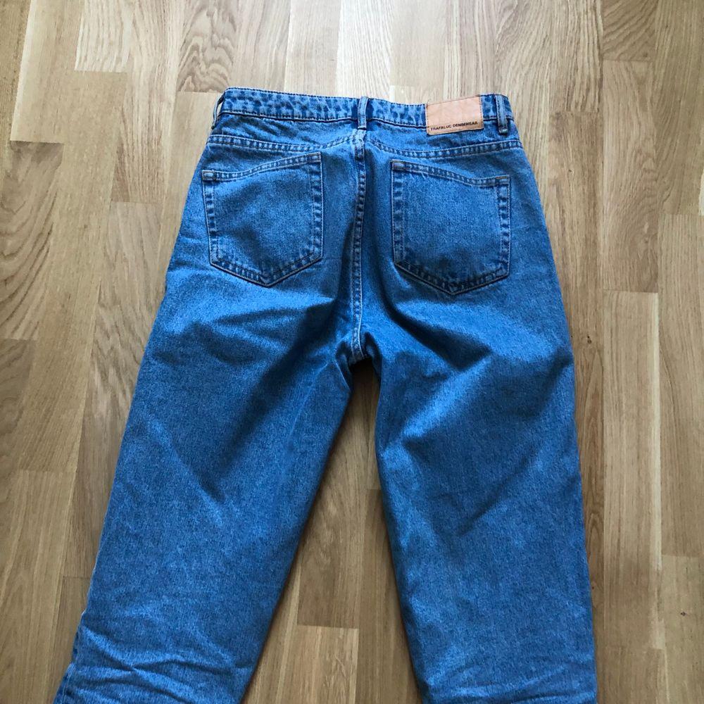 Girlfriend jeans från Zara i bra skick. Storlek 36, frakt ingår ej i priset.. Jeans & Byxor.