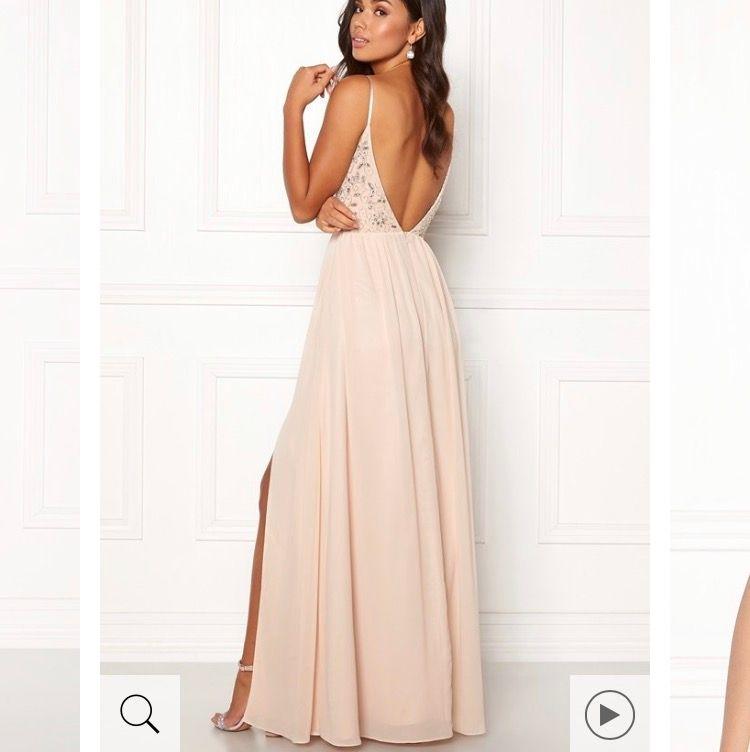Super fin klänning från bubbleroom i storlek 34 (passar 36) Orginalpris 1500kr, använd 1 gång. Frakt ingår ej i priset och köparen står för frakt!. Klänningar.