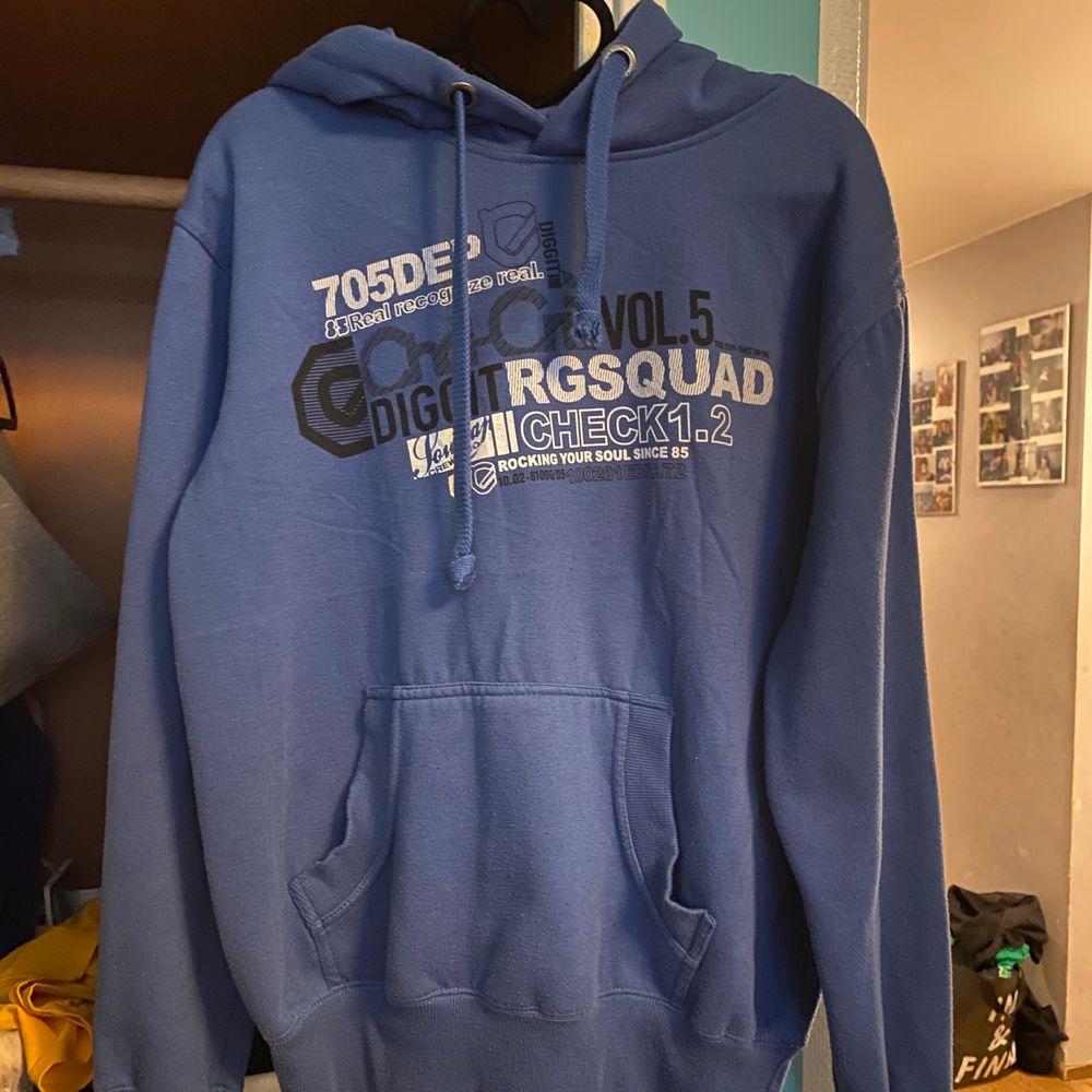 Vintage hoodie köpt på humana, frakt: 63kr. Står att det är storlek M men passar S bättre. . Tröjor & Koftor.