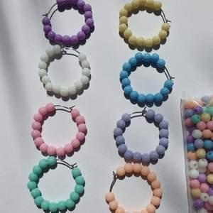 Har nu börjat gära dessa sommriga färgglada hoops. Om ni vill köpa någon så kan ni kolla på bild 2 och skriva till mig vilket nummer som ni vill köpa (det blir smidigast). 60 kr inkl frakt/par🧡💛💚💙💜💖