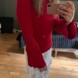 En jätte fin röd stickad tröja, som går ut i armarna.