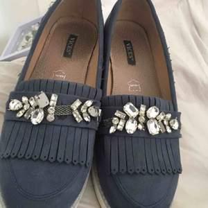 Säljer dessa SJUKT fina skorna från vices i äkta läder! Har tappat några kristaller men inget man tänker på.