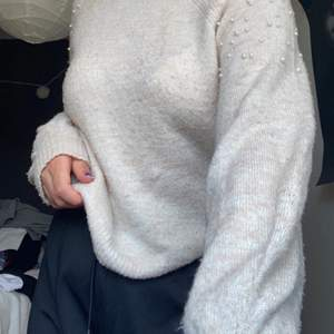 En stickad tröja från primark. Förvånansvärt bra kvalitet har använt den relativt mycket och är fortfarande som ny. Pärlor på axlarna som inte en ända är borta. Skönt material, sticks inte över huvudtaget. Om du väljer frakt står den på dig🥰🥰