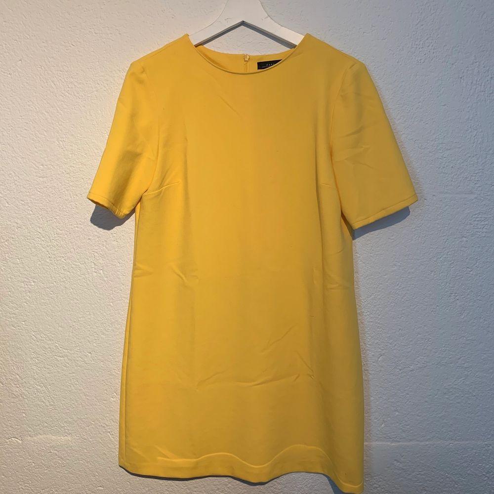 Gul klänning från Zara! Sparsamt använd. Klänningar.