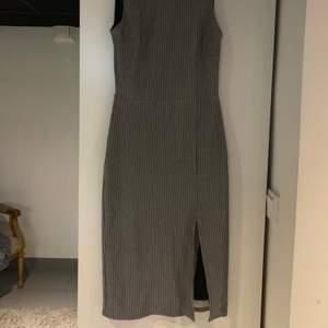 Elegant klänning från Mango i storlek XS men vill man ha den tajt så funkar en S också jätte bra🤍 Frant tillkommer!