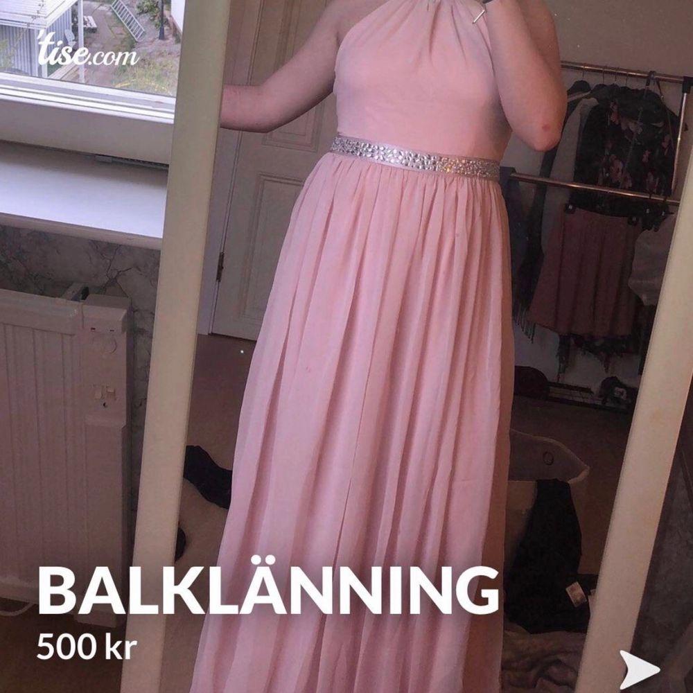 Ljusrosa Balklänning från bubbleroom, använd en kväll. Jag hade platta skor så att klänningen är uppsydd till min längd (166) den är i storlek M och är korsad i ryggen. Köpt för 1000kr.  Kan du ej mötas upp tillkommer frakt!. Klänningar.