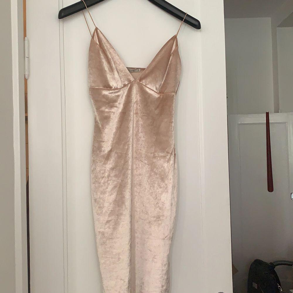 """Snygg klänning i """"sammetsmaterial"""" typ! Från nelly. Klänningar."""
