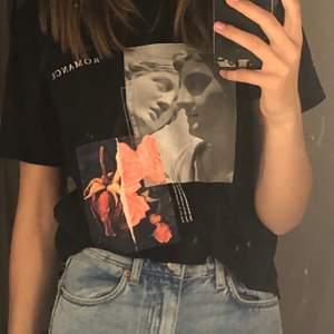 T-shirt med tryck ifrån Gina tricot, mycket bra skick. I storlek M men passar XS/ S