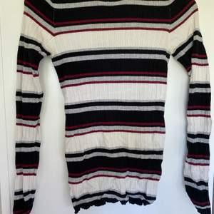 Stickad randig tröja från gina tricot i storlek S, köparen står för frakten