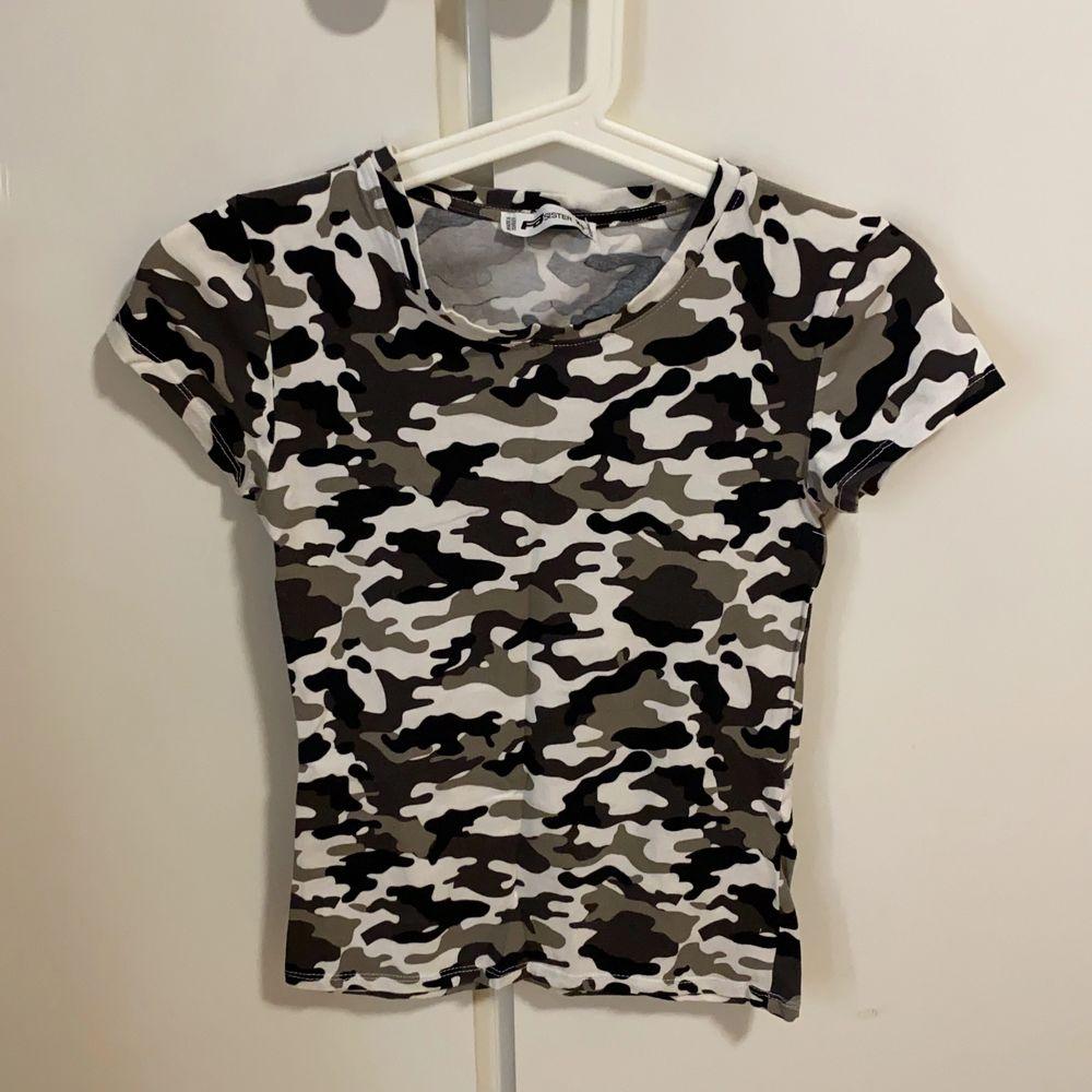 Jätte fin och tajt T-shirt med fina färger (militär). T-shirts.
