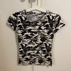 Jätte fin och tajt T-shirt med fina färger (militär)