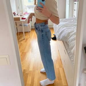 Snygga korta utsvängda jeans från lager 157. Använda några gånger, hyfsat bra skick. Säljer pågrund av att jag inte får användning för de längre. Nypris ca 300kr. Köparen står för frakt☺️