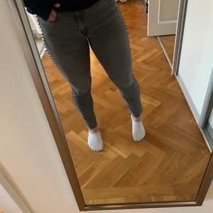 Säljer de coolaste jeansen från zara! De är gråa med detaljer på sidorna. Säljer då de är för stora för mig. Storlek 40. Säljer för 150kr + frakt, pris kan diskuteras!