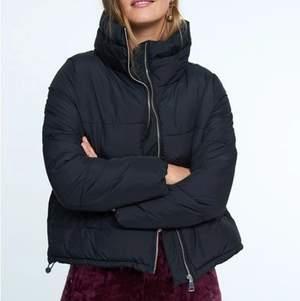 Säljer denna Puffer jacka från Gina Tricot i storlek XS. Passar även mindre S. Säljer pga att jag inte har användning av den, använd endast 1 gång. Säljer för 200 kr eller budgivning om fler är intresserade💕 nypriset ligger på 599 kr