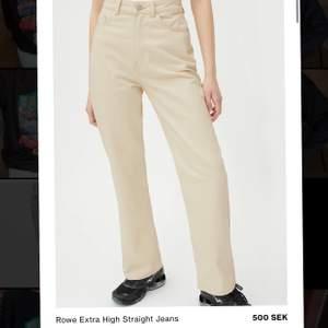 Raka weekday jeans i modellen ROW färg LIGHT ECRU. Storlek 29/32.