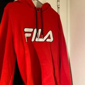 Röd fila hoodie, är stl L men är mer som en M. Fint skick! Använd fåtal gånger❣️ frakt tillkommer!