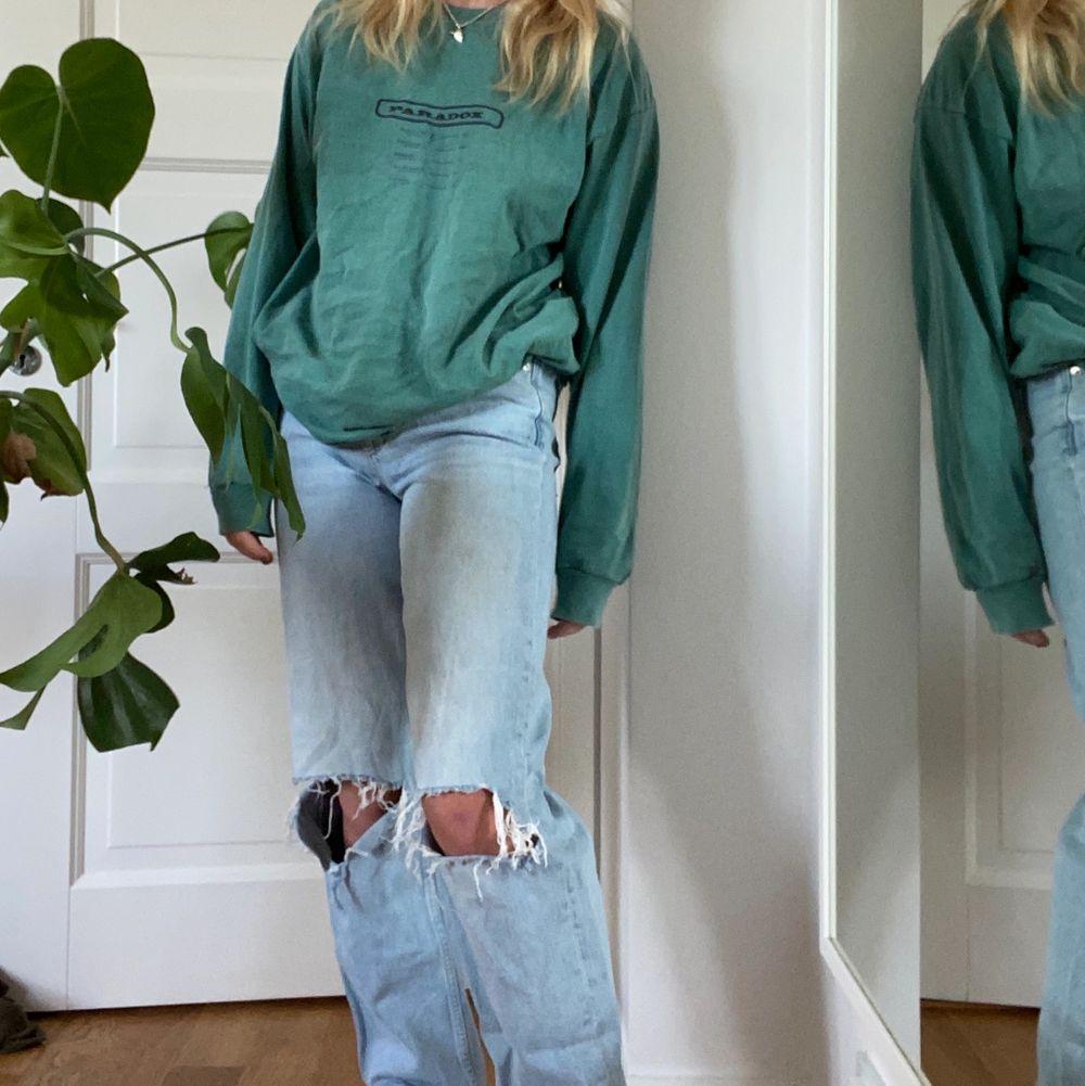 Säljer nu min svincoola tröja ifrån Urban Outfitters då den inte längre kommer till användning. Så snygg grön färg med coolt tryck på ryggen och ett mindre på framsidan. Ordinarie pris 500kr 💕⚡️💫. Toppar.