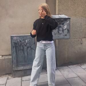 Skit snygga jeans från Pull&Bear i nyskick 🖤 Stl 34 men passar även en 36a skulle jag säga! Är skitsnygg längd och de sitter super på! 🧡