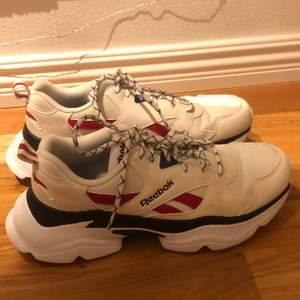 Coola skor från Reebok! Har tyvärr fått någons slags missfärgning på det vita på skon (se bild 3)! Så det är mera beige aktiga. Annars i bra skick och skitsköna. Står att det är storlek 36,5 men skulle nog säga att de är en storlek 38-38,5!🤎❤️ Nypris 800!