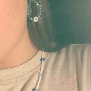 Handgjorda smycken av mig! Dessa halsband med blommor är mina absoluta favvisar!! Det ger lite spice till sin outfit🔥✨ Priser står i bio, frakt ingår EJ i priset💕🥰