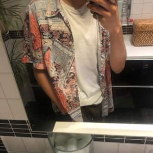 Vintage Skjorta. Lös pasform. Sitter som storlek M-L. Möts i Malmö och tar Swish! Står ej för frakt!