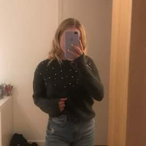 en jättefin stickad tröja med pärlor. perfekt till hösten och i jättebra skick! upplever att det är ca en storlek S💕 130kr