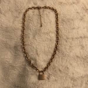 Säljer detta fina halsbandet sig det är det på grund av att jag inte använda halsband längre✨ använd ca två gånger och därför är det i mycket bra skick🌟
