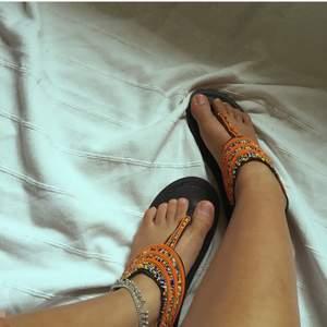 Säljer dessa vackra hemmagjorda masaj sandaler straight outta Kenya.🇰🇪 dessa sandaler har skapats av kvinnor i Kenya med sämre förutsättningar i samhället så att köpa dessa skulle bidra med något till det bättre.  P.S har flera av dessa sandaler i andra färger på lager.  Och med tanke på att sandalerna är öppna passar de  i olika storlekar.