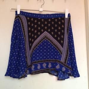 Söt kjol från Forever 21. Aldrig använd, säljes pga för kort för mig. Storleken i kjolen är 40, men den är mer som en 36-38.   Pris diskuterbart, kan mötas runt Malmö eller skicka på posten.