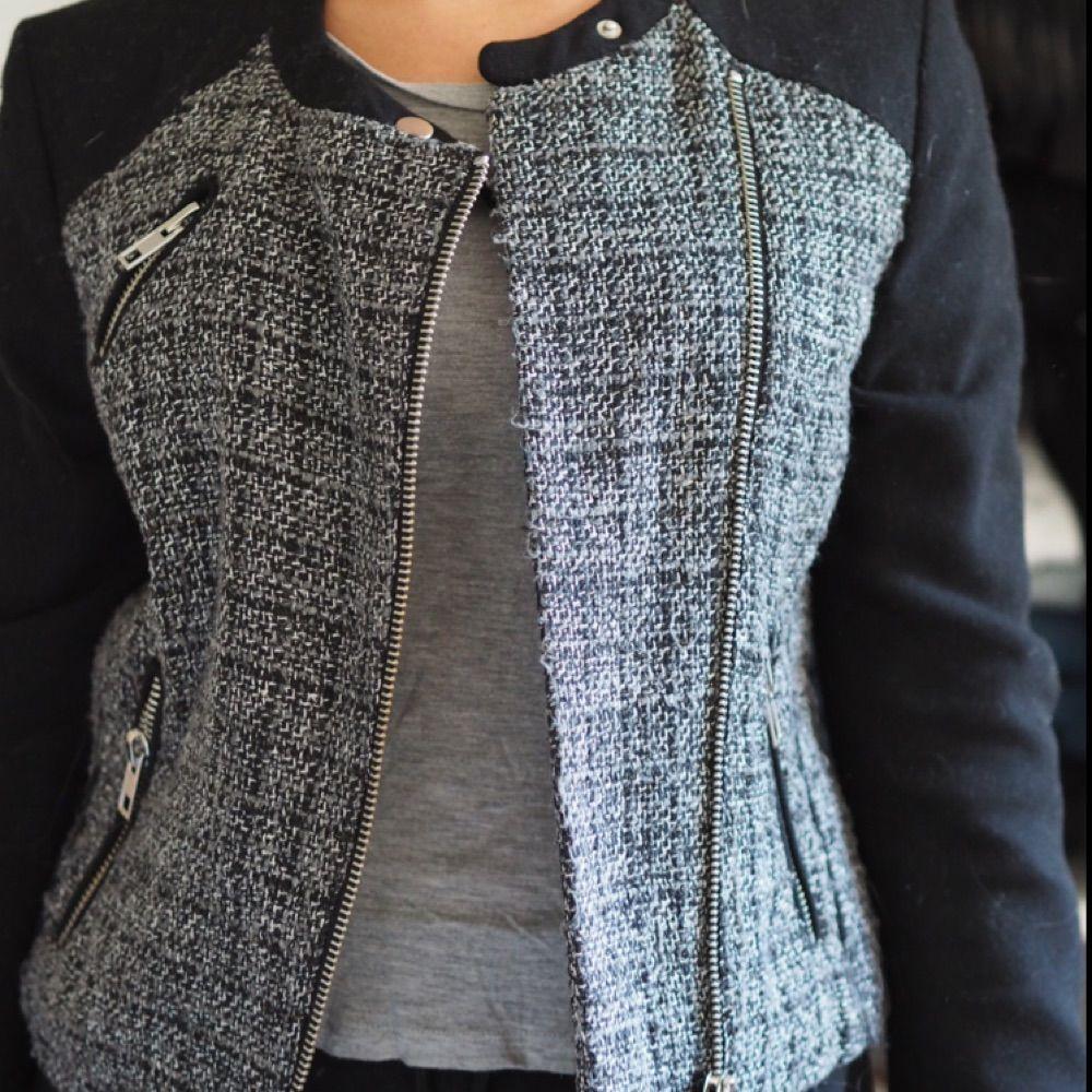Jättefin Chanel inspirerad jacka från Mango. Superbra skick, sparsamt använd. Perfekt till vår/höst . Jackor.