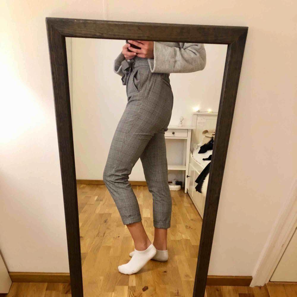 Super snygga rutiga byxor från Zara. Knappt använda.. Jeans & Byxor.