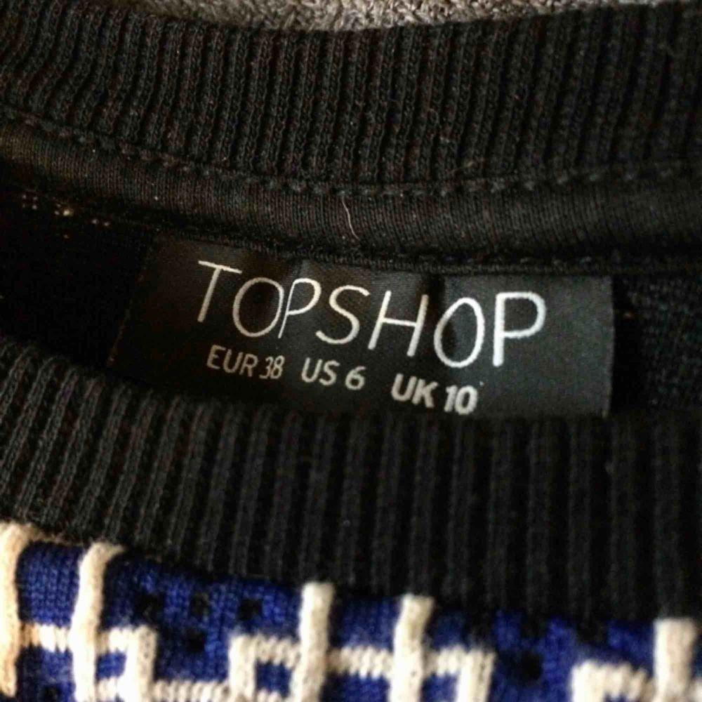 Klänning från Topshop som gjorts om till T-shirt. Tyget är mycket tjockt vilket gör att den ser finare ut. I gott skick.. T-shirts.