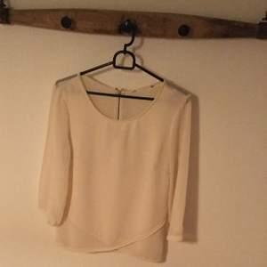Cremefärgad bluse med transparent rygg St S Färg: Créme Skick: inga synliga fel